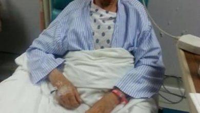 صورة الحاج علي القطان على السرير الأبيض بعد إجراء عملية